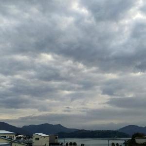 雲に覆われた朝空