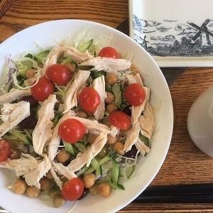 今日の昼食 ミックスビーンズ、サラダチキン入りサラダなど