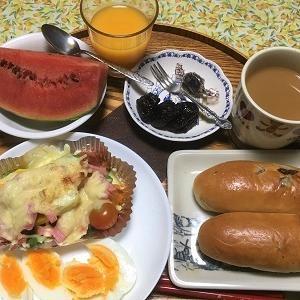 昨日の朝食 庭で採れた夏野菜などのチーズ焼き