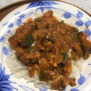 今日の昼食 夏野菜の炒めカレーのせ0麺