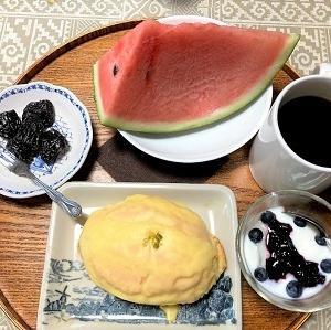 昨日の朝食 庭で採れたブルーベリーなど