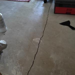 【DIY】コンクリートの亀裂を埋める
