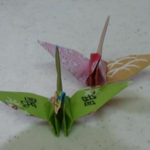 一羽の鶴に書かれた漢字は「眠」