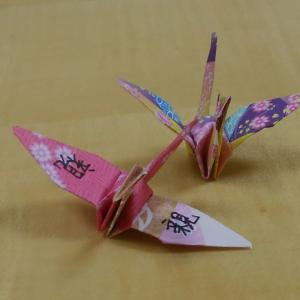 一羽の鶴に書かれた漢字は「親」