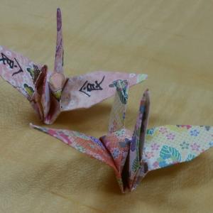 一羽の鶴に書かれた漢字は「食」