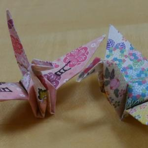 一羽の鶴に書かれた漢字は「月」