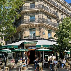 老舗カフェ「LES DEUX MAGOTS」で朝ご飯。