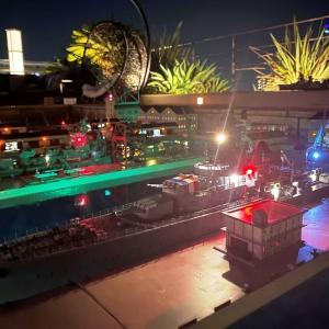 浮かぶ港湾ジオラマ「千葉みなと鎮守府」の夜景