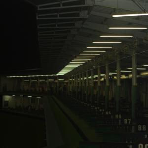 ミストシャワーがステンレス配管でゴルフ練習場に設置