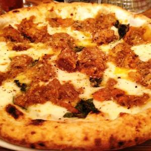 築地トゥットベーネで最高の肉ピザをどうぞ!