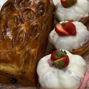 パン新作☆ホワイトチョコレートは、思いっきり厚化粧で!苺ミルクパンはいかが~?