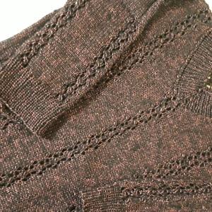 Vネックのセーターとストール