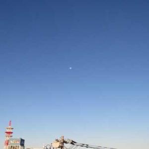 朝の月と雪の富士山