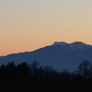 日の入りを逃した黄昏時の八ヶ岳   狙いすぎた表現の卑しさ
