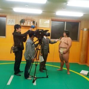 大相撲入門にあたってテレビ取材