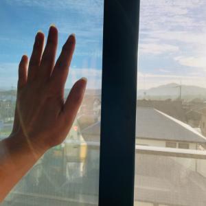 ガラス一枚でも違ってくる 掌と足裏日光浴