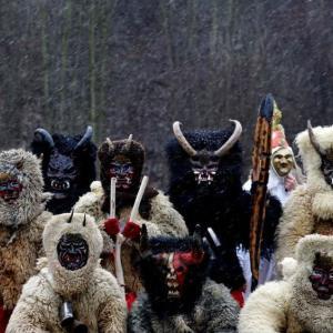チェコで伝統のクリスマス行事、悪い子にお仕置き  まるでなまはげ?
