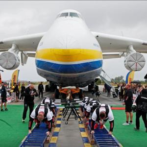世界最大の貨物機、人力で移動させる ウクライナで記録更新
