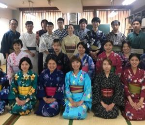 奈良外語学院の留学生の皆さんに着物体験教室を行いました。