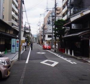堺町通りの町名看板と鍾馗さん