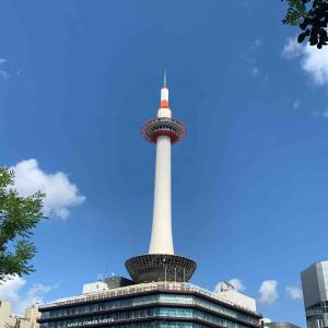 走る日々~京都タワーと青い空