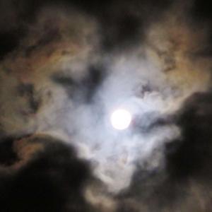 ハート型の雲の切れ間から顔を出す『フラワームーン』。