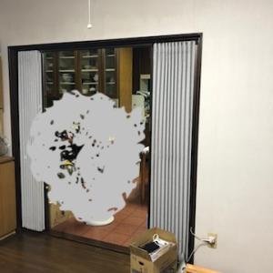 すきま風を解消!リビングのアコーディオンカーテンを引戸扉にリフォーム中です。