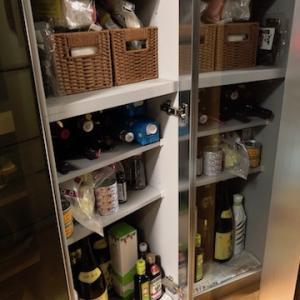 自宅のキッチンの食品庫は、一目で把握、ワンアクションで出し入れ出来るのが気に入っています。