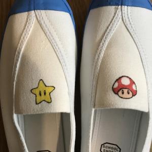 新学期。手描きマリオキャラの上靴。