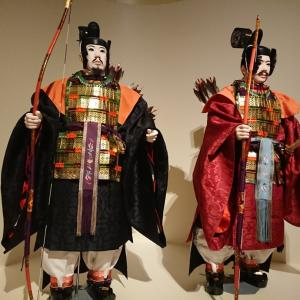 両陛下の側近の侍従や女官が着られた装束や文官や武官役が手にした太刀や弓