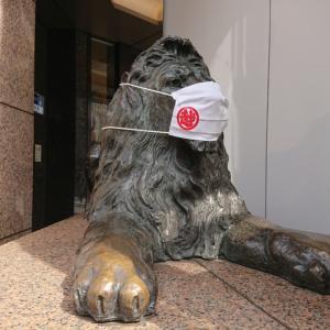 三越ロゴ入りマスク着用の銀座三越ライオンが人気