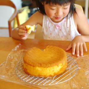 スポンジケーキをちぎって食べる