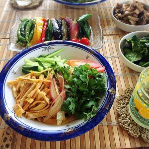■今日のランチ■夏野菜いっぱいの冷やし中華と煮浸し♪