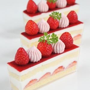 デザートカップで苺のショートケーキ