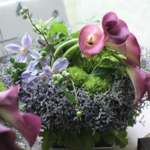 カラーの茎もデザインに取り込んだフレンチスタイルのフラワーアレンジメント♪