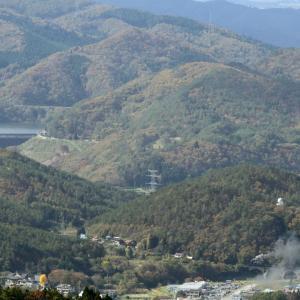山の上の田瀬湖と山の下のめがね橋を渡る汽車 - 2019年紅葉・釜石線 -