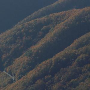 紅葉の山々の陰影 - 2019年紅葉・釜石線 -