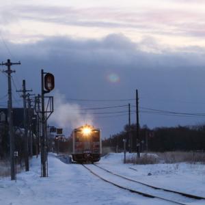 夜明け前の厚床駅に白い排気があがる - 2020年・根室線 -