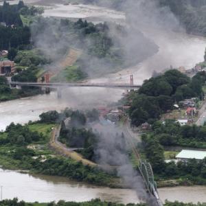 梅雨の終わり頃の阿賀野川の上を黒煙が流れる - 2020年・磐越西線 -