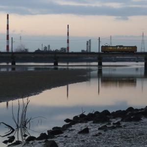 夜明け前の厚東川を1両だけの電車がとことこと渡っていく - 2020年晩秋・小野田線 -