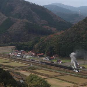 小さな盆地の駅を発車する汽車 - 2020年晩秋・山口線 -