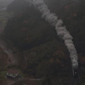 雨の夕暮れ間近の爆煙 - 2020年晩秋・山口線 -