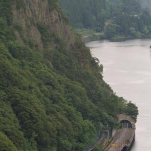 本尊岩の下を通り過ぎる汽車 - 2021年初夏・磐越西線 -