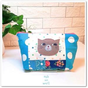 ロシアンブルー猫さんのパッチワークポーチ。ブルーのかわいいプリントを集めて…