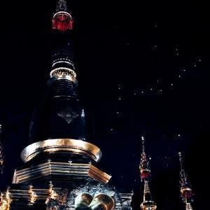 チェンマイのワット・チャイモンコン寺でのローイクラトン。コムローイを眺める。