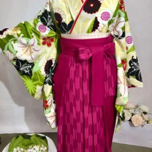 袴カタログ 黄緑と白にカサブランカの柄の着物&濃ピンク袴