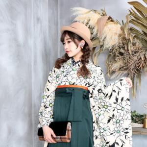 卒業式袴カタログ ベージュ地にマーガレット柄の着物&濃緑はかま