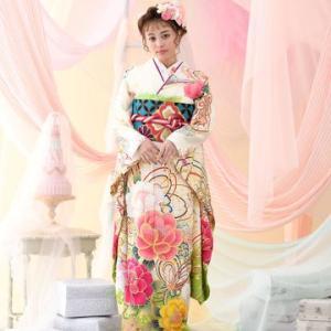 振袖カタログ 白地に大きな花柄のキレイな着物