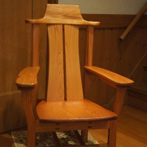 けやきの肘掛け椅子