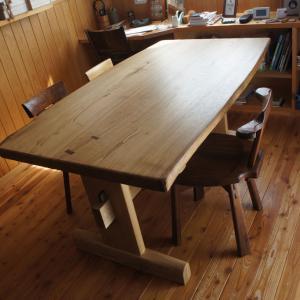 栗のテーブル・ワンちゃんの絵